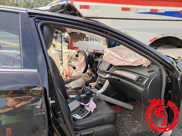 哈尔滨一网约车追尾环卫车:网约车司机死亡,乘客母女受伤