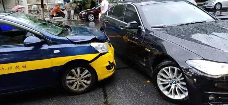 翠微西路一出租车居然撞上了宝马——宝马是横着的,希望出租车无责